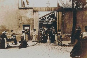 Image du film La sortie des usines Lumière à Lyon Source : Wikimédia Commons