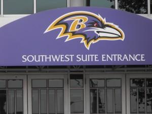 Entrée sud-ouest du M&T Bank Stadium ornée du logo des Ravens de Baltimore. Photo : François Droüin (2012)