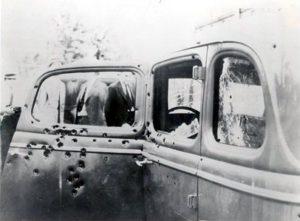 Le véhicule de Bonnie et Clyde criblé de balles après l'embuscade Photo : FBI (1934)