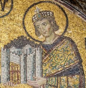 L'empereur Constantin 1er présente un modèle de la ville à Marie. Détail de la mosaïque de la basilique Sainte-Sophie. Photo : Myrabella (2012)