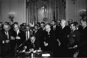 Signature de la loi sur les droits civiques. Photo : Cecil Stoughton (1964)
