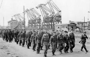 Tentative de débarquement de Dieppe, les prisonniers de guerre alliés. Photo : Wilberger Meyer (1942) source : Bundesarchiv