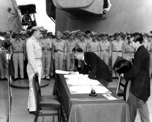 Mamoru Shigemitsu signe les actes de capitulation du Japon à bord du USS Missouri. Source : NHC 213700