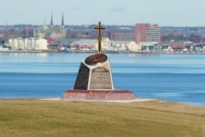Monument commémorant l'Odyssée acadienne à Port-la-Joye. Photo : La Voie acadienne (2008)