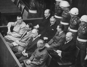 Les accusés dans leur box au procès de Nuremberg. Photo : Anonyme (c1945-1946) Source : US Army