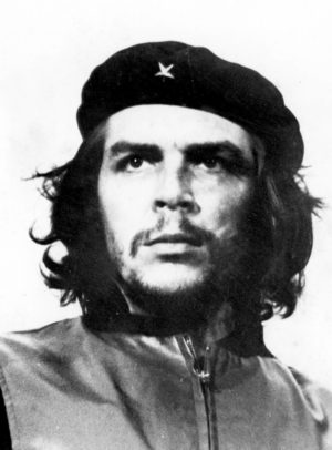 Ernesto «Che» Guevara lors des funérailles des victimes de l'explosion de la Coubre. Ce portrait est un des plus célèbre du XXe siècle. Photo : Alberto Korda (1960) Source : Museo Che Guevara