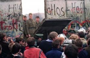 Des habitants de la RDA passent en RFA en novembre 1989 Source : www.murdeberlin.fr