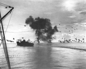 Bombardements lors de la bataille navale de Guadalcanal. Au premier plan, le USS président Jackson Source