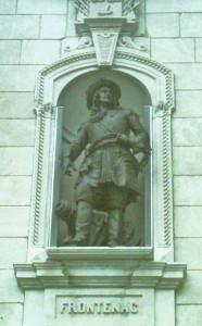 Statue de Frontenac sur la façade du Parlement de Québec Photo : Jean Gagnon (2009)