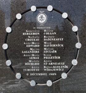Plaque commémorant les 14 victimes apposé à l'extérieur de Polytechnique Photo : Bobanny (2007)
