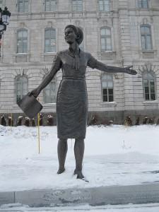Marie-Claire Kirkland dans le monument en hommages aux femmes en politique Sculpture de bronze de Jules Lasalle (2012) Photo : jeangagnon (2012)