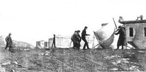 Marconi surveillant son équipe hissant le cerf-volant porte-antenne