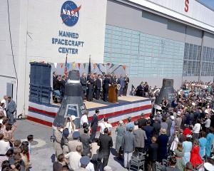 Cérémonie protocolaire commémorant le vol de John Glenn Photo anonyme (1963) Source : NASA