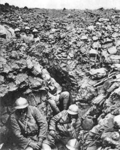 Soldats français du 87e Régiment du 6e Batailllon à la Côte 304 au nord-ouest de Verdun Photo anonyme (1916) Source : wikimedia Commons
