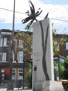 Le monument «Québec, Printemps 1918» Sculpture d'Aline Martineau (1998) Photo : Bouchecl (1912)