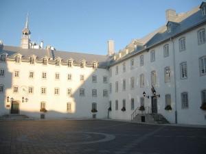 La cour du Vieux Séminaire de Québec Photo de Hgig.geo (2008) Source : Wikimedia commons