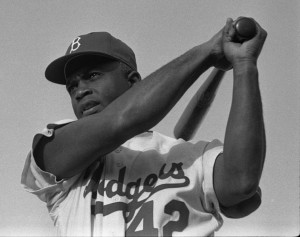 Jackie Robinson dans l'uniforme #42 des Dodgers de Brooklyn Photo : Bob Sandberg (1954) Source : Wikimedia Commons