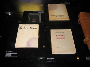 Les premières éditions française et anglaise du Petit Pronce lors de l'exposition Antoine de Saint-Exupéry au Musée de l'Air et de l'Espace du Bourget à Paris. Photo : Harry Zilber 2008