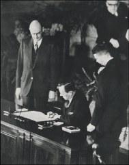 Signature du Traité de l'Atlantique Nord Photo anonyme (1949) Source ; OTAN