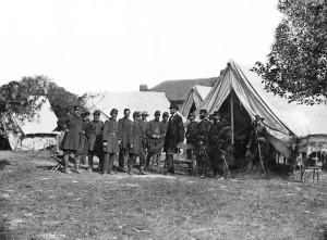 Lincoln and generals at Antietam Photo : Alexander Gardner (1862)
