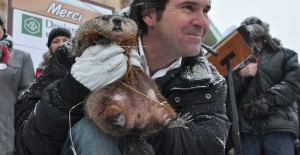 Fred dans les bras du responsable du jour de la Marmotte de Val-d'Espoir, Roberto Blondin