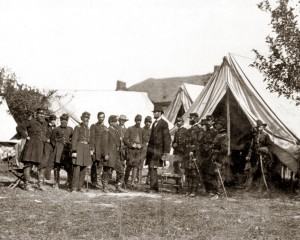 Antietam, Md. President Lincoln with Gen. George B. McClellan and group of officers Négatif sur verre d'Alexander Gardner (Septembre 1862) Source : LC-B8171-7951