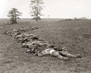 Antietam, Md. Bodies of Confederate dead gathered for burial Négatifs sur verre d'Alexander Gardner (septembre 1862), LC-B8171-557